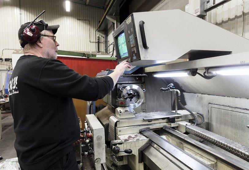 I vår välutrustade maskinpark med CNC-maskiner reparerar vi mekaniska komponenter och erbjuder legotillverkning med många olika maskintyper och för både korta och långa serier.