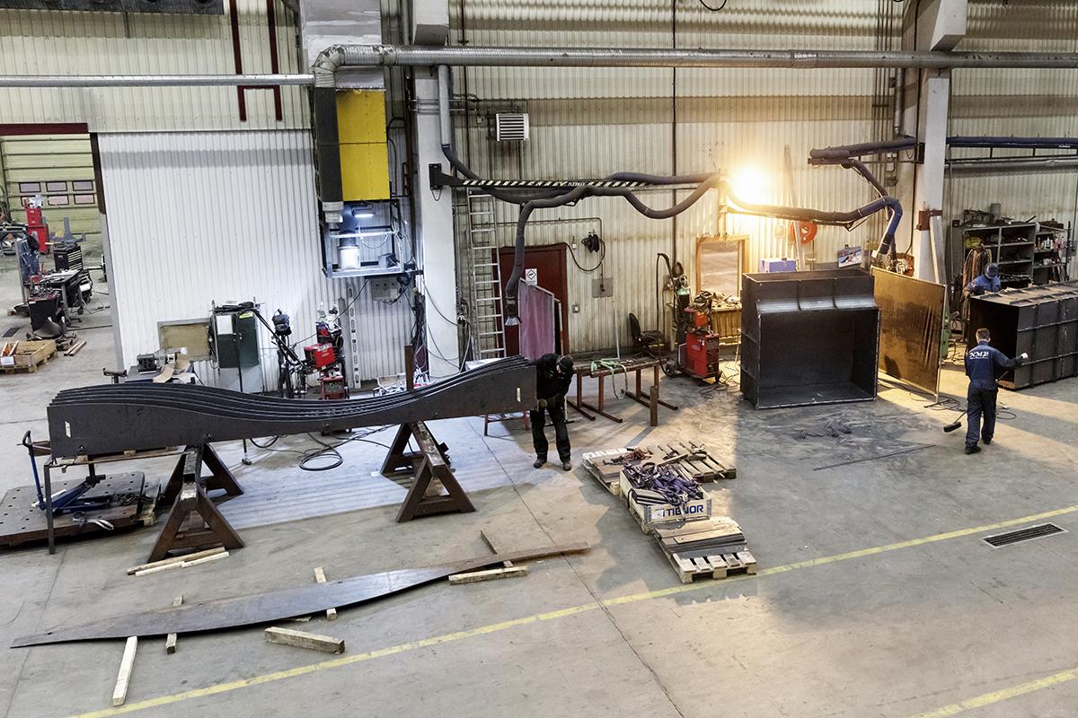 Fasadens stålprofiler tillverkades i NMV Piteås rymliga verkstadslokaler.