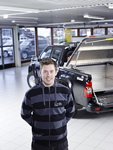 Dahlberg & Roos är återförsäljare av NMV:s specialbyggda Isuzu-pickuper. På bilden syns Jimmy Björnström som arbetar som konstruktör på NMV.